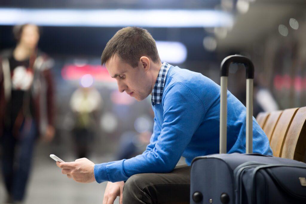 Zittend aan het wachten op airport